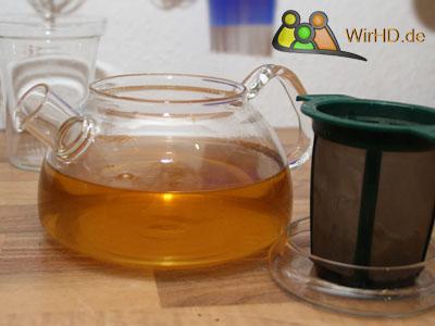 Frisch aufgebrühter Tee in einer Glaskanne, Sieb, Teekanne aus Glas, Glas Teekanne, Glasteekanne.