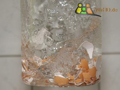 Karaffen schrubben mit Eierschalen, Karaffe mit Eierschalen scheuern, Glaskaraffen sauber machen, Glaskaraffe Reinigung mit Eierschalen, Karaffen aus Glas mit den Schalen von Eiern reinigen, Karaffe aus Glas putzen, Wasserkaraffe.