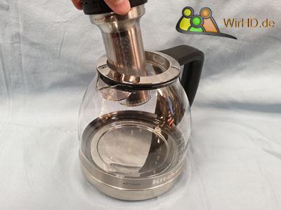Entnahme des Teefilter aus den Teekocher