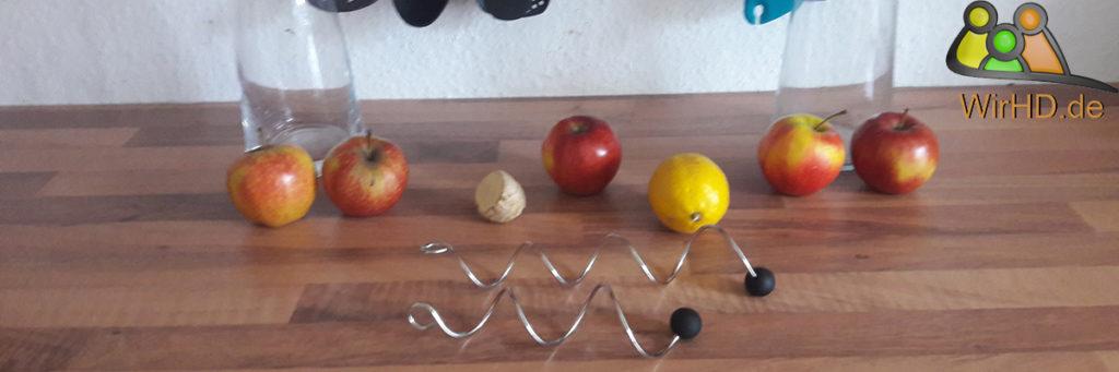 Zwei Wasserkaraffen mit Fruchtspießen, Fruchttspieße, Spiralförmig, Spieße, Obst, Wasserkaraffe mit Fruchtspieß.