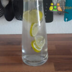 Wasserkaraffe mit Fruchtspieß, Limette aufgespießt richtige größe, Edelstahl Fruchtspieß, Spiralförmig.