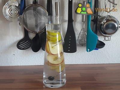 Wasserkaraffe mit Fruchtspieß, Spiralfömiger Fruchtspieß, Wasserkaraffe, Edelstahl Spieß.