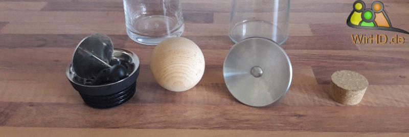 Eine Schöne Wasserkaraffe aus Glas mit Deckel, Unterschiedliche Deckel für Wasserkaraffen, Wasserkaraffen mit Deckel.