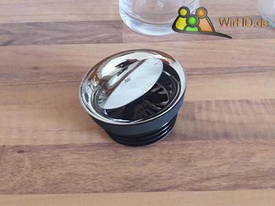 Eine schöne Wasserkaraffe aus Glas mit Deckel, Kippdeckel einer Markenkaraffe mit Gummidichtung, Silikondichtung, Deckel.