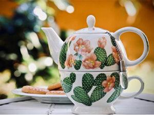 Teekanne mit Tasse aus Keramik.