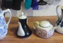 Verschiedene Teekannen aus Porzellan, Porzellanteekannen, Teekanne aus Porzellan.