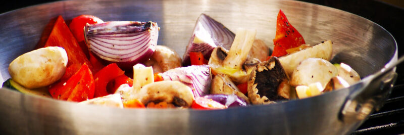 Grillpfanne für Gemüse. Gusseisen-Grillpfanne zum Gemüse grillen, Grillkorb oder Grillpfanne aus Edelstahl zum Grillen von Gemüse, Gemüse-Rezept-Ideen als Beilage zum Grillen